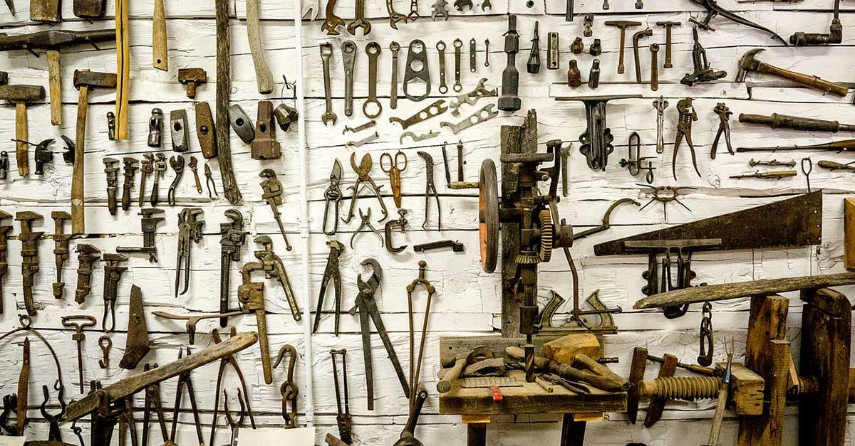 Bild zeigt eine Sammlung alter Werkzeuge