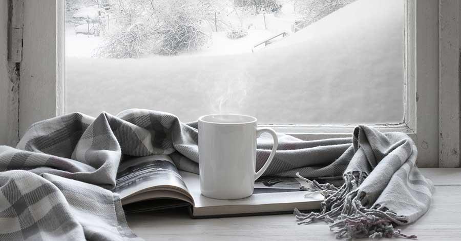 Bild zeigt Buch vor Fenster in der kalten Jahreszeit