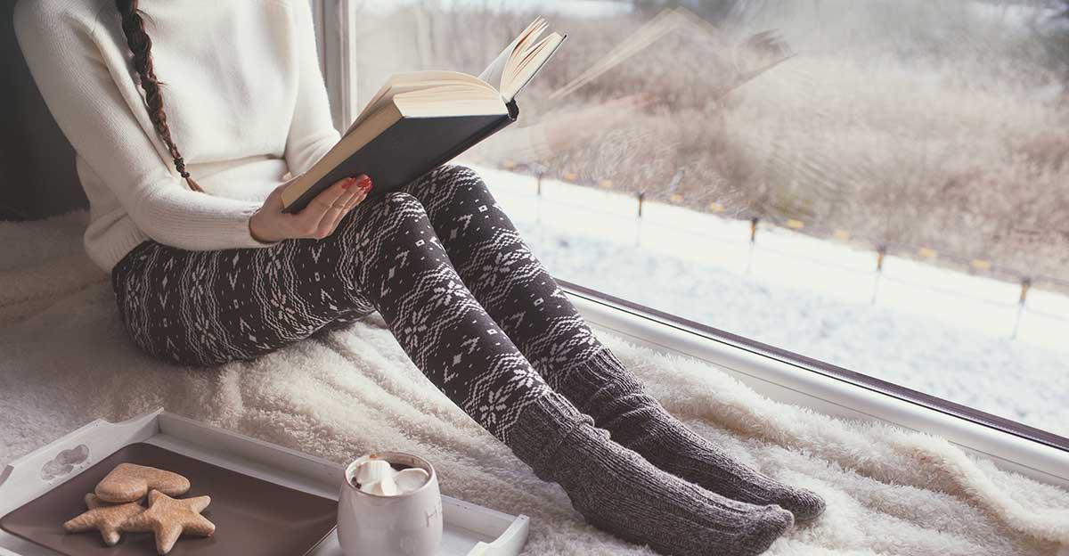 Bild zeigt junge Frau beim Lesen in der Weihnachtszeit
