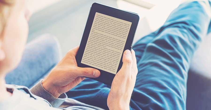 Bild zeigt Mann mit einem E-Book-Reader