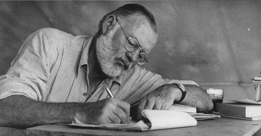 Bild zeigt Ernest Hemingway beim Schreiben in Kenia