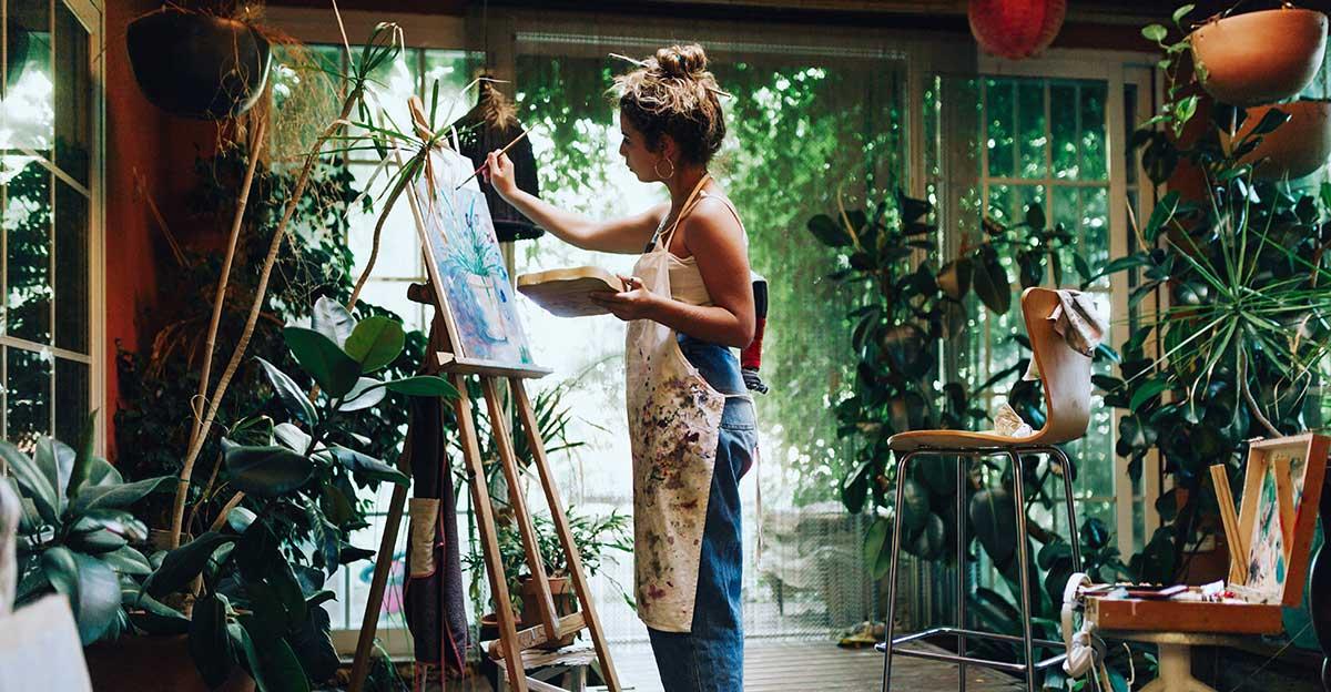 Bild zeigt Künstlerin bei der Arbeit