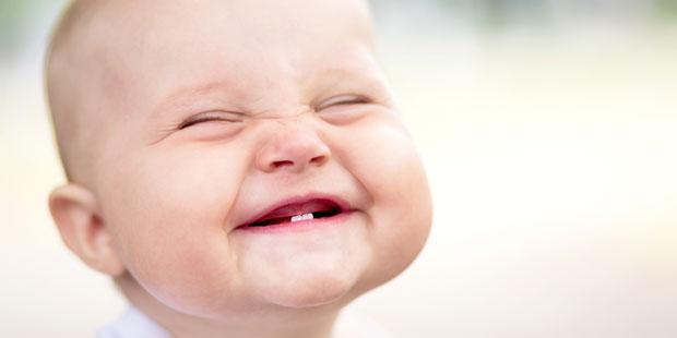 Lachendes Baby ohne Zähne