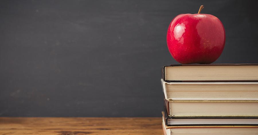 Ein Apfel auf einem Stapel Bücher