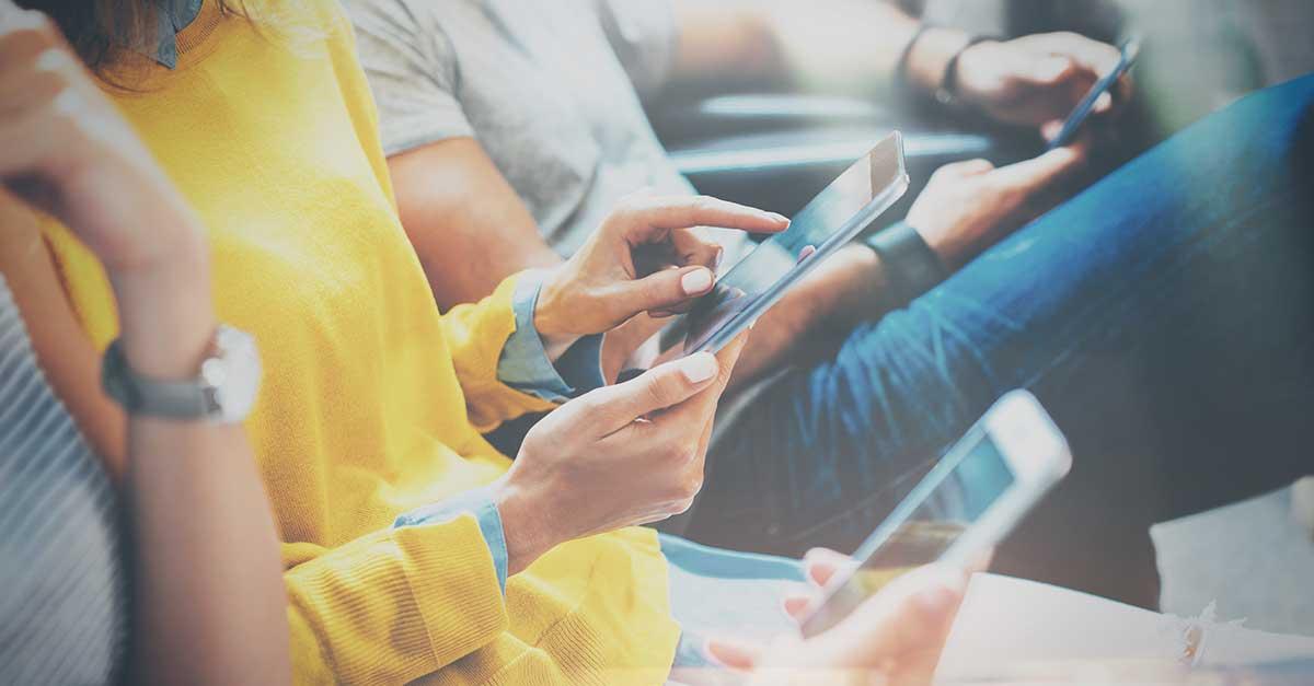 Bild zeigt Menschen bei der Freizeit mit Handys