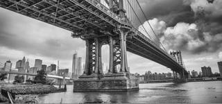 Bild einer Brücke zur Stadt