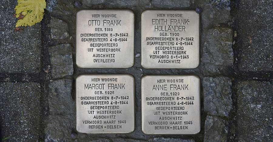 Stolpersteine für Anne Frank, ihre Schwester und die Eltern