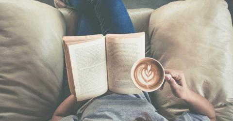 Bild zeigt Frau die ein Buch liest