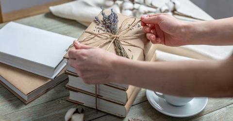 Bild zeigt Bücher als Geschenk verpackt