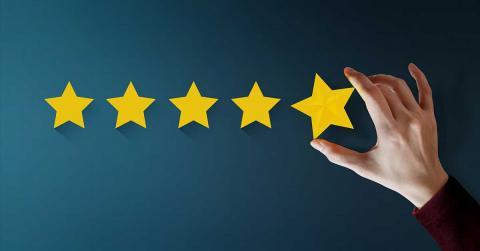 Bild zeigt Hand mit 5 Sterne Bewertung