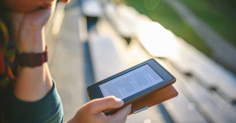 Bild zeigt Frau beim E-Book lesen