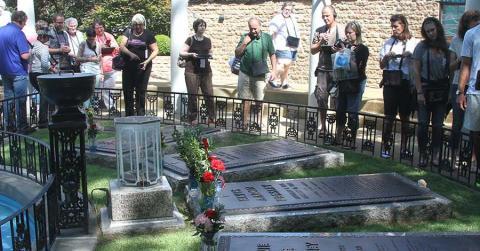 Bild zeigt Fans am Grab von Elvis Presley auf Graceland