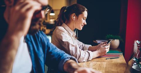 Bild zeigt Frau beim Anhören eines Hörbuchs