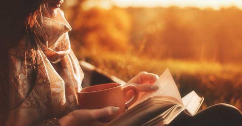 Frau liest Bücher