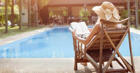 Bild zeigt Frau im Hotel beim Lesen