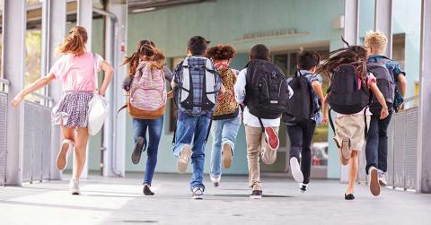 Bild von Schülern auf dem Weg in die Schule