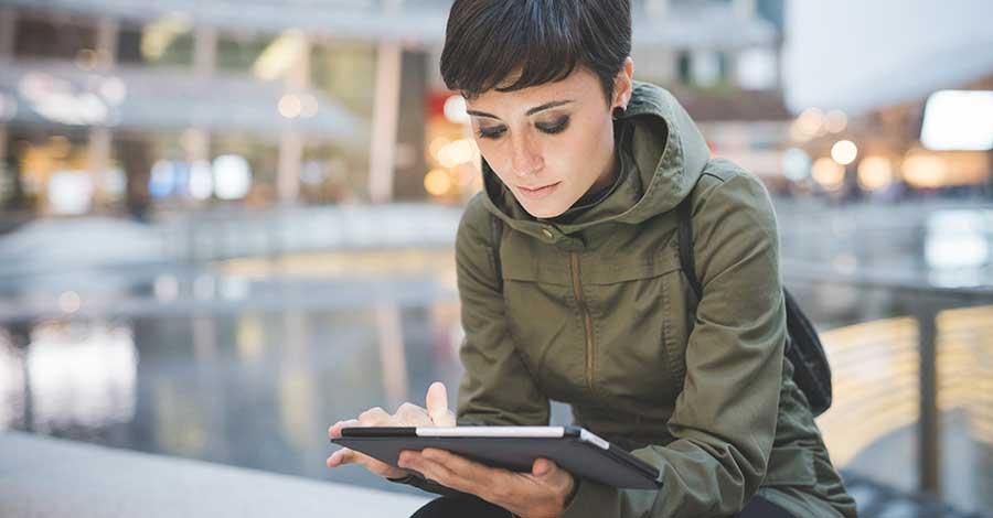 Bild zeigt Frau mit einem Tolino beim Lesen