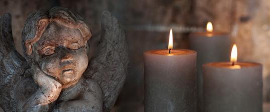 Trauerengel mit Kerzen